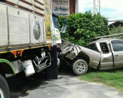 ภาพเหตุการณ์รถบรรทุกสิบล้อพุ่งชนท้ายรถกระบะ บริเวณหน้าบริษัท เพื่อนโคบาล จำกัด